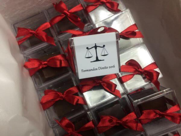 Lembrancinhas de formatura de direito com doces dentro