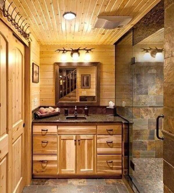 O armário de madeira para banheiro auxilia na organização