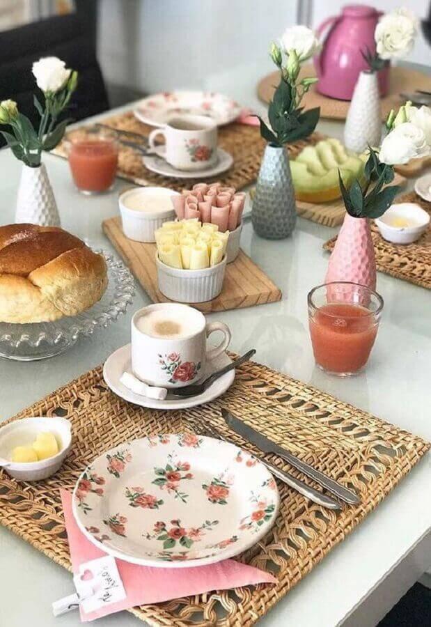 louças com estampa de flores para mesa de café da manhã decorada Foto Lar Doce Casa