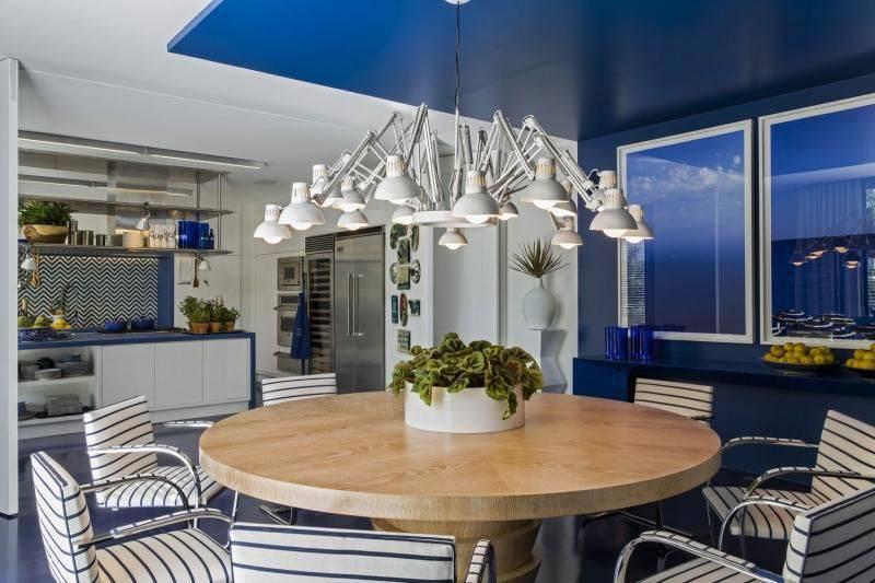 lustres modernos - cozinha azul com mesa redonda e lustre