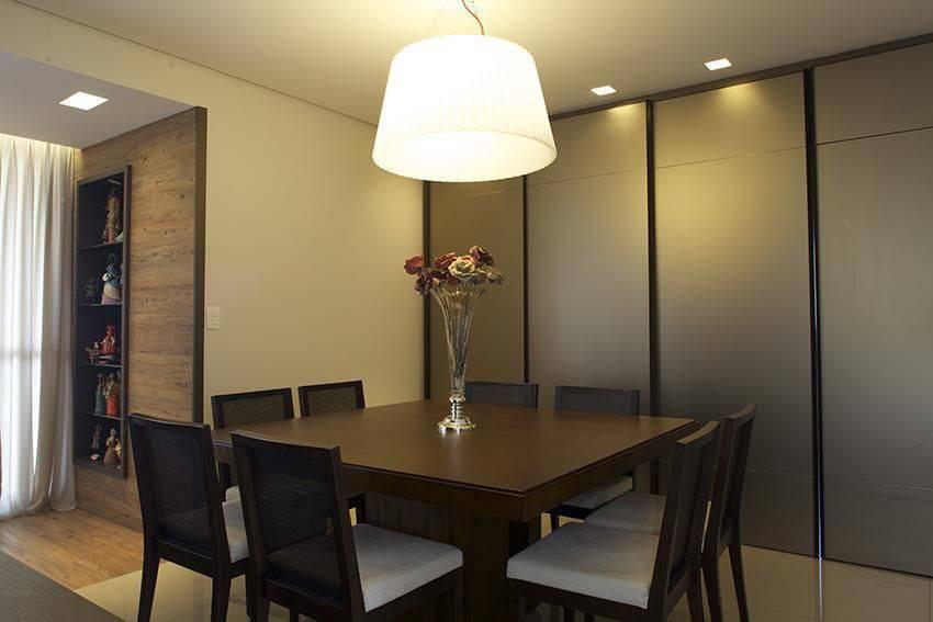 lustres modernos - mesa quadrada em madeira