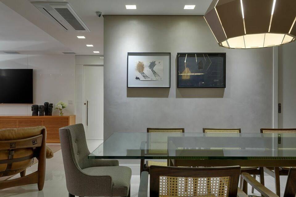 lustres modernos - parede cinza e quadros abstrato