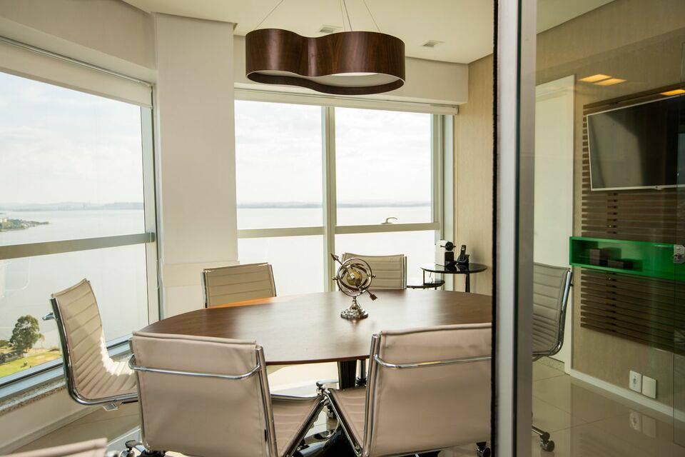 lustres modernos - paredes neutras com janelas de vidro