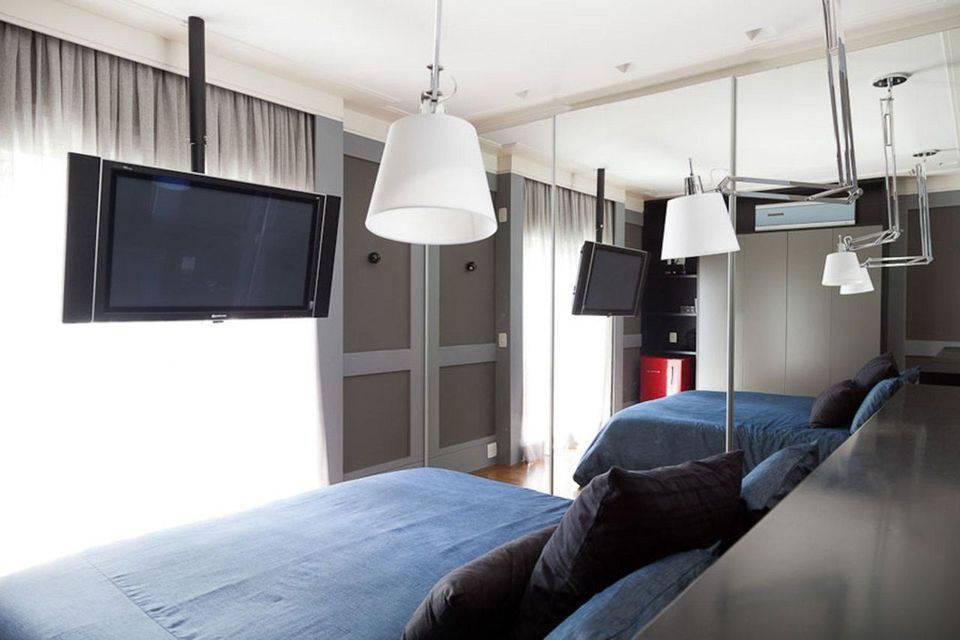 lustres modernos - quarto de casal com espelho amplo e lustre