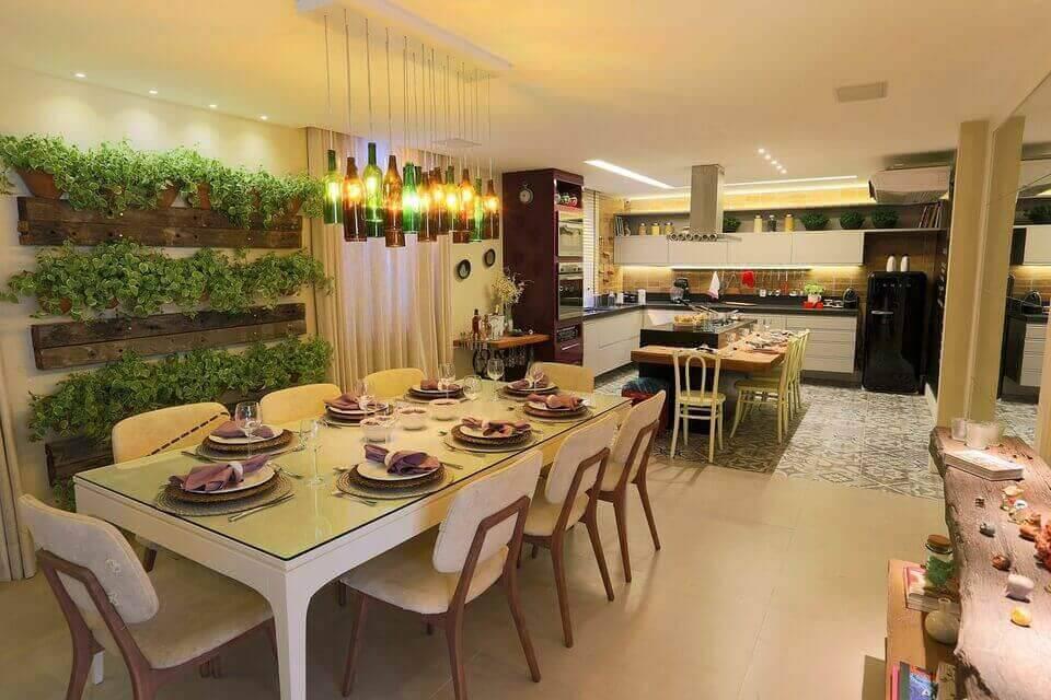 lustres modernos - sala de jantar com jardim vertical