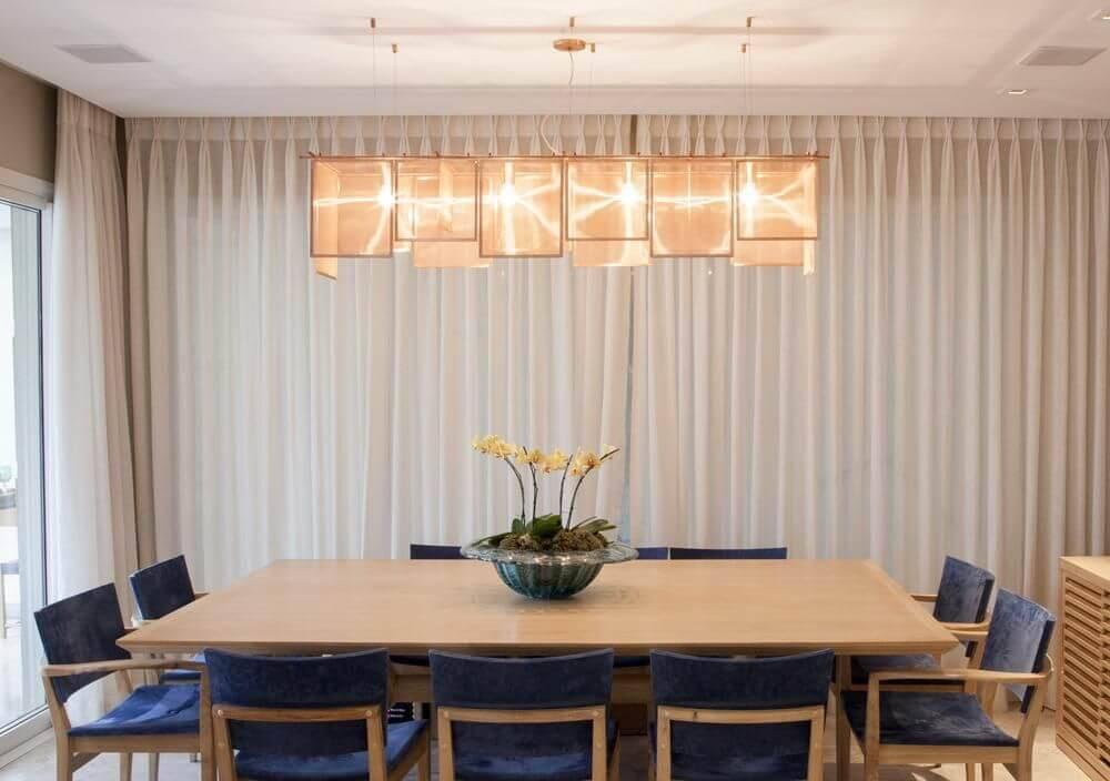 lustres modernos - sala de jantar com lustre e mesa de madeira grande