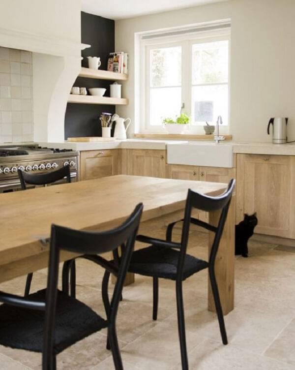 O armário de madeira para cozinha foi feito com marcenaria clara