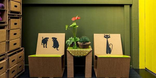 Móveis de papelão com desenhos de cachorros