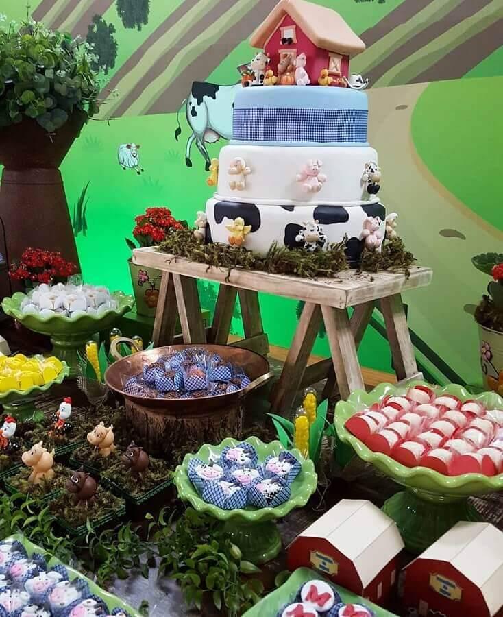 mesa de aniversário decorada com tema festa fazendinha  Foto Balão Mágico Carla Valéria