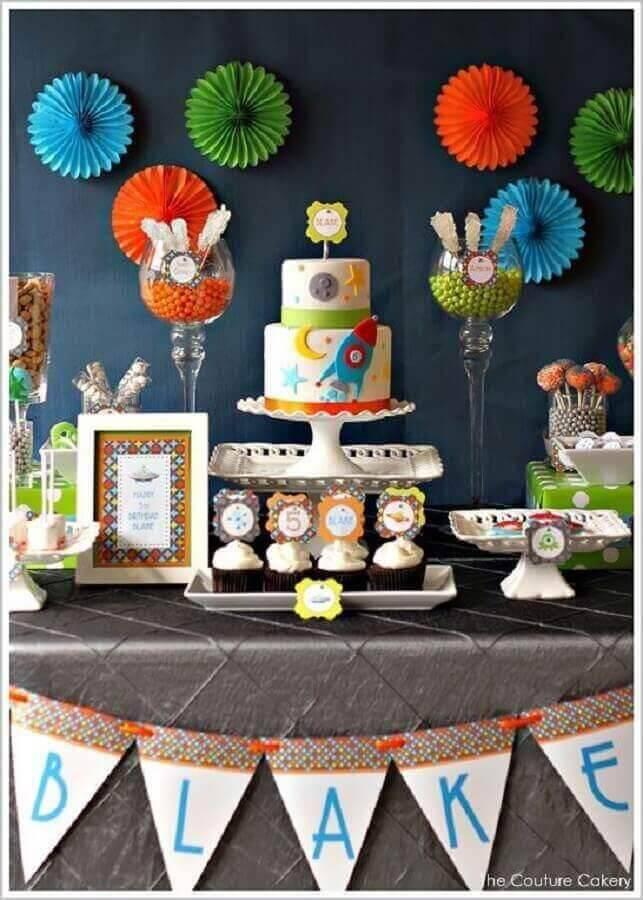 mesa de aniversário decorada com tema nave espacial  Foto The Couture Cakery
