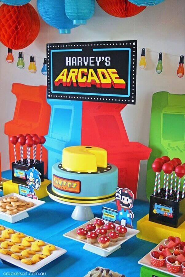 mesa de aniversário infantil com tema geek  Foto De Volta ao Retrô