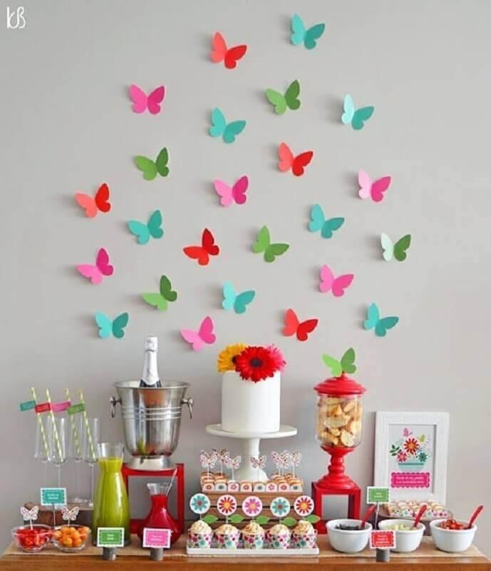 mesa de aniversário simples decorada com borboletas de papel  Foto Coisas da Bonfa