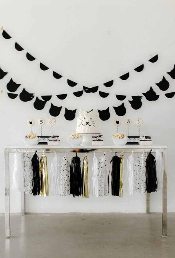 mesa de aniversário simples preta e branca com rostinho de gato em bolo Foto Why Santa Claus