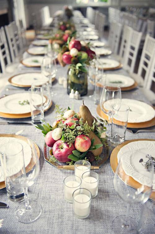 Mesa de ano novo com frutas no centro