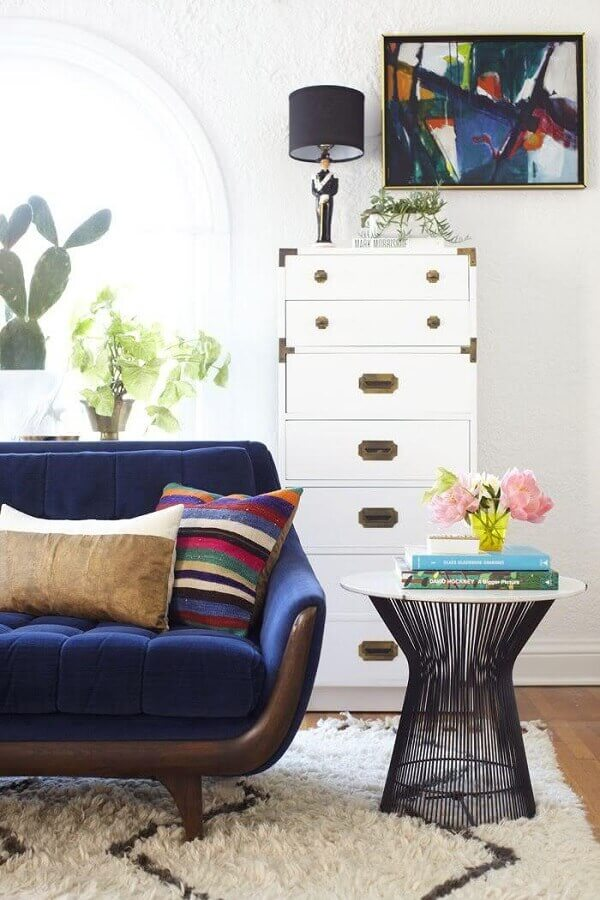 mesa de apoio lateral para sala de estar decorada com sofá retrô azul Foto Pinterest