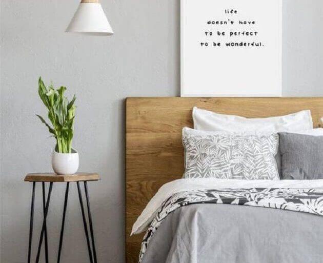 mesa de apoio para quarto com cabeceira de madeira  Foto Sunsets Matter