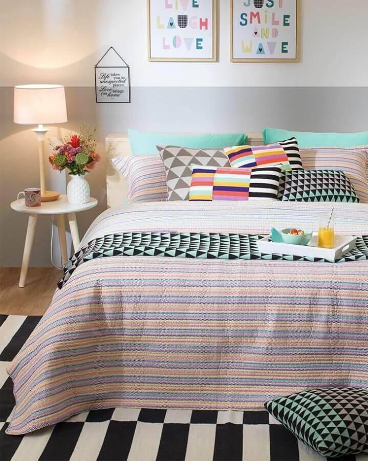mesa de apoio para quarto com parede de duas cores e várias almofadas Foto Tok & Stok