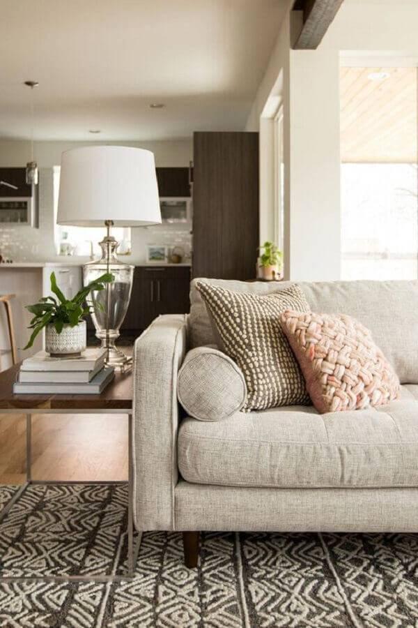 mesa de apoio para sala com sofá de linho Foto Article