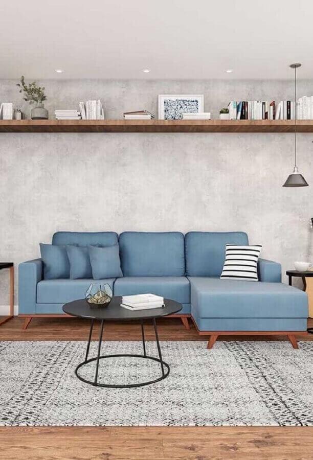 mesa de apoio para sala decorada com sofá azul e parede de cimento queimado Foto Histórias de Casa