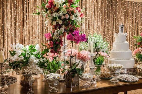 Mesa de bolo de casamento com cortina de led
