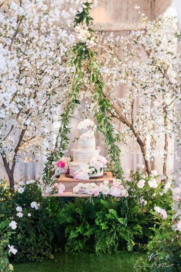 Mesa de bolo de casamento suspensa