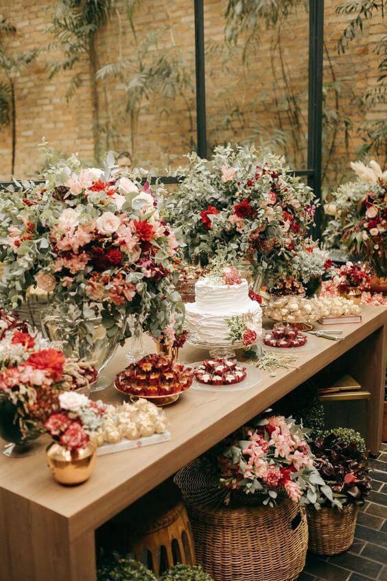 Mesa de bolo de casamento com rosa, branco e marsala
