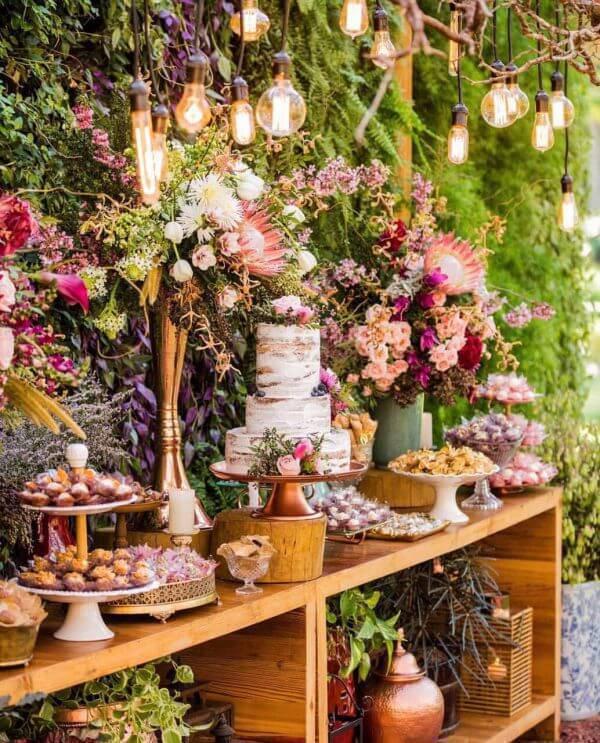 Mesa de bolo de casamento com iluminação diferenciada