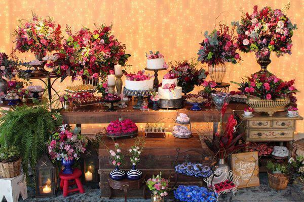 Mesa de bolo de casamento com marsala e azul