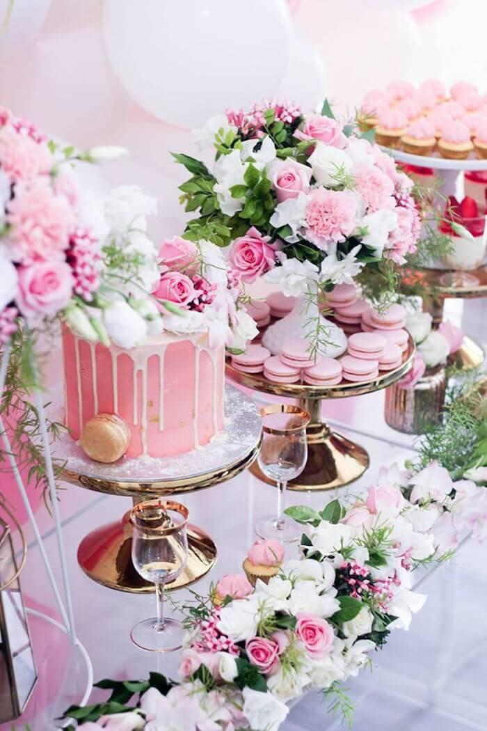 Mesa de bolo de casamento cor de rosa