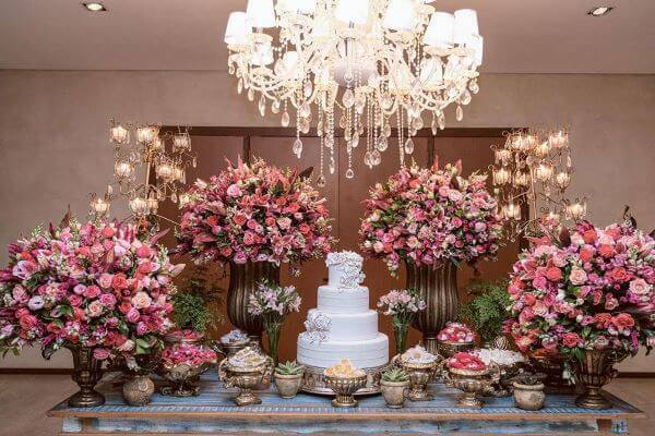 Mesa de bolo de casamento branco e rosa