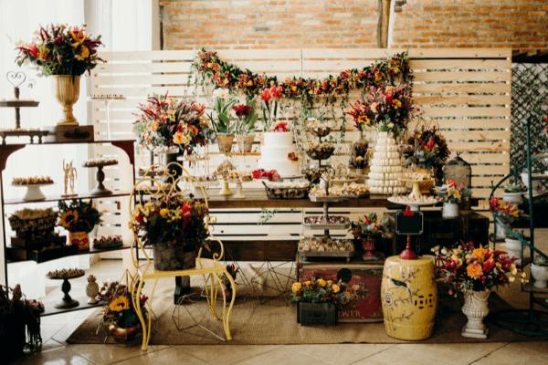 Mesa de bolo de casamento rústico
