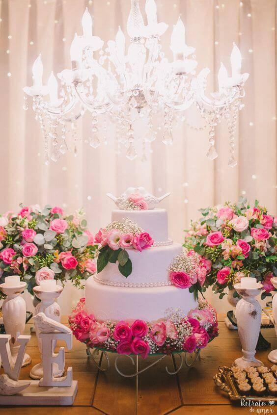 Mesa de bolo de casamento romântico