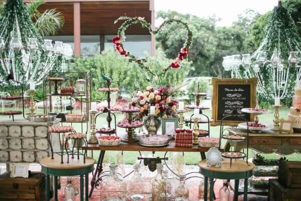 Mesa de bolo de casamento com flores marsala