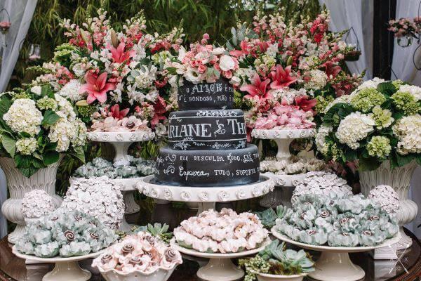 Mesa de bolo de casamento com rosa claro e azul