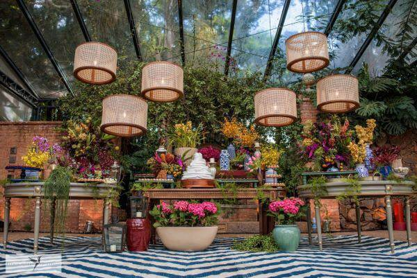 Mesa de bolo de casamento rústico com lustres maravilhosos