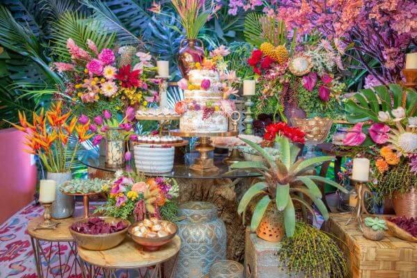 Mesa de bolo de casamento para festa rústica e colorida