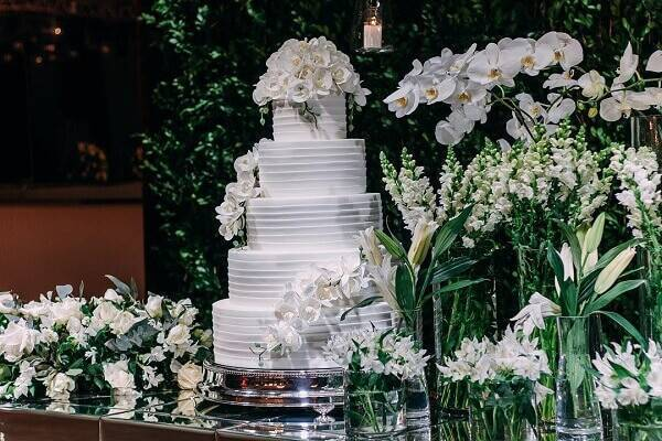 Mesa de bolo de casamento tradicional