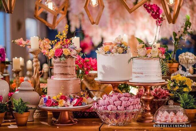 Mesa de bolo de casamento criativa e diferenciada