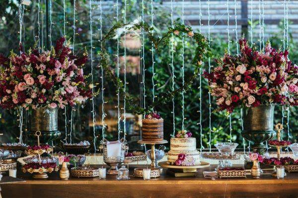 Mesa de bolo de casamento com tons de marsala