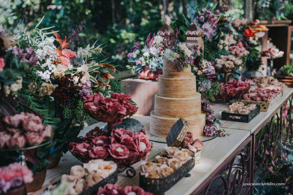 Mesa de bolo de casamento rústico e linda