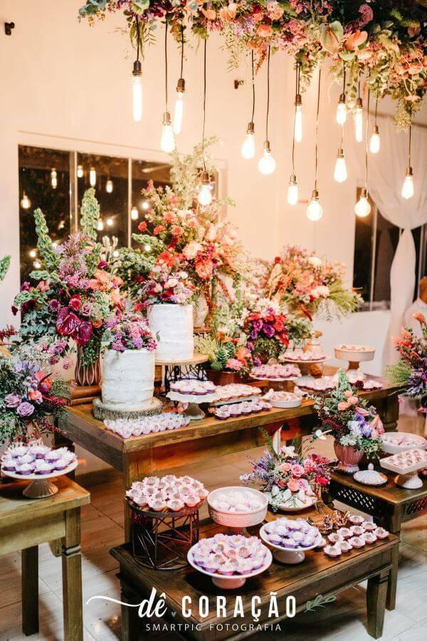 Mesa de bolo de casamento simples e delicada
