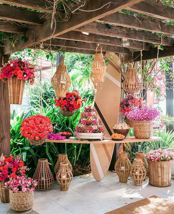 Mesa de bolo de casamento simples e praiano