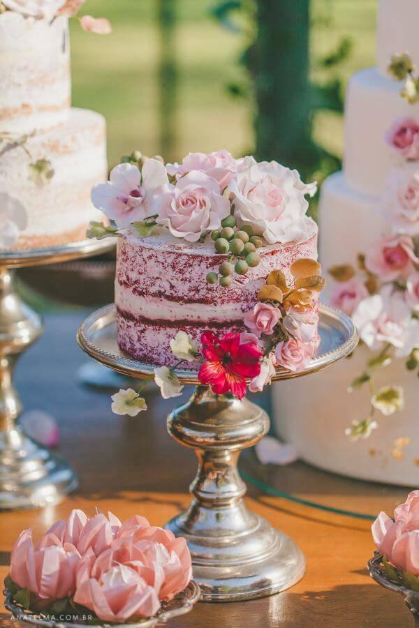 Mesa de bolo de casamento simples e linda