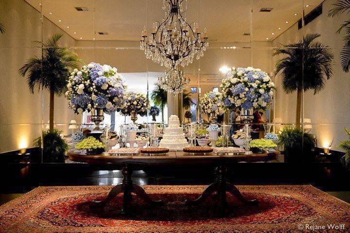 Mesa de bolo de casamento tradicional em tons de azul