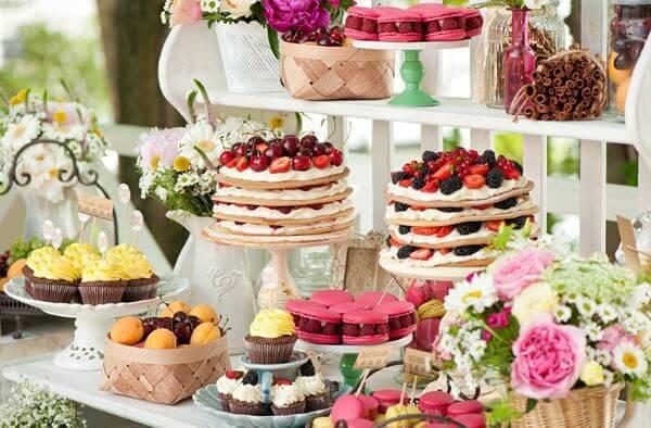 Mesa de bolo de casamento com doces coloridos e diferentes