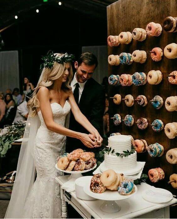 Mesa de bolo de casamento com donuts