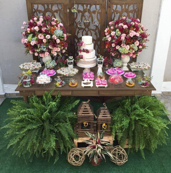 Mesa de bolo rústica para casamento boho