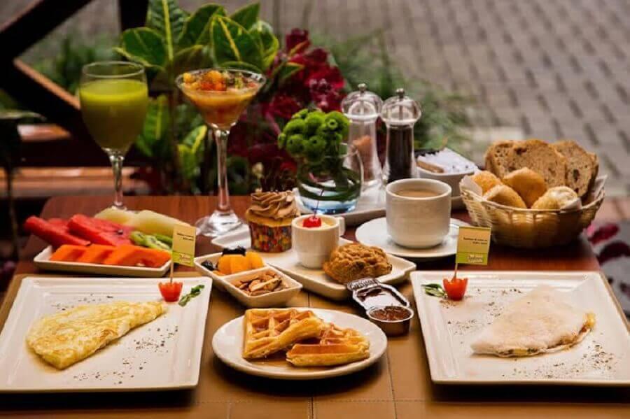 mesa de café da manhã com frutas e cestas de pães Foto Bem Paraná