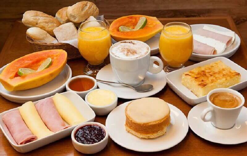 mesa de café da manhã com frutas simples Foto Pinterest