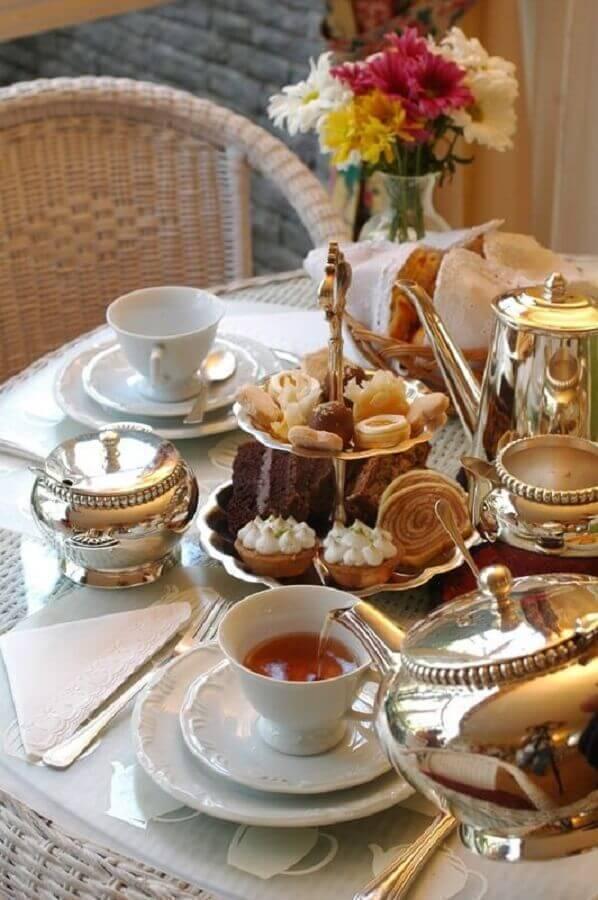 mesa de café da manhã decorada com itens de prata e louças brancas Foto Arzo Travels